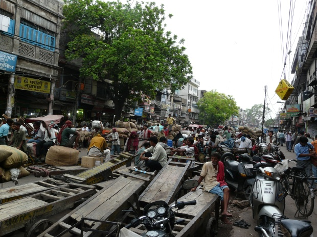 Carts_parked_on_the_Spice_Market,_Khari_Baoli_Road,_Old_Delhi.jpg