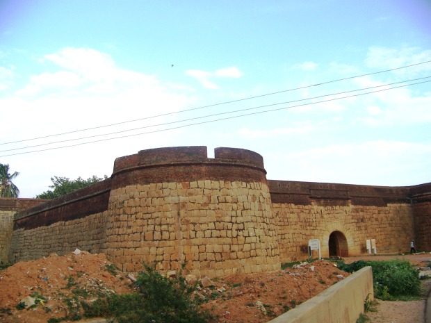 Fort_Entrance-_as_seen_from_NH7
